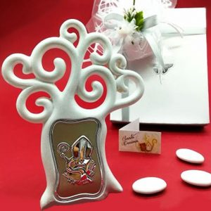 Bomboniera albero della vita cresima realizzato in resina bianca con simbolo cresima raffigurata su una piastra argentata posta sul tronco dell'albero. Sul retro è presente il piede d'appoggio. Ideale come Bomboniera Cresima.