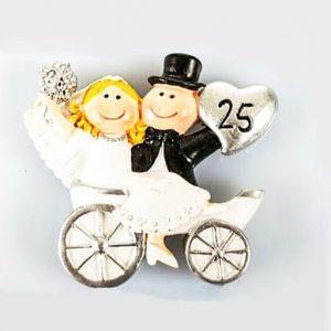 Bomboniera anniversario 25 anni matrimonio realizzata in resina con magnete, idea originale per festeggiare le tue nozze d'argento. Una scelta simpatica e divertente per creare bomboniere nozze d'argento.