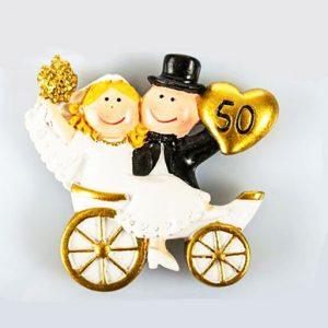 Bomboniera anniversario 50 anni di matrimonio realizzata in resina con magnete, idea originale per festeggiare le tue nozze d'oro. Una scelta simpatica e divertente per creare bomboniere nozze d'oro.