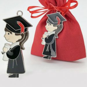 Bomboniera laurea portachiavi realizzata in metallo, raffigurato di profilo, con toga nera e tocco laurea, mentre regge in mano una pergamena.