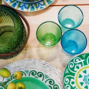 Bicchieri acqua colorati realizzati in vetro. Perfetti per la tua tavola di ogni giorno, robusti e versatili senza rinunciare all'originalità delle forme