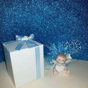 Bomboniera battesimo angioletto realizzata in porcellana bianca con piccoli richiami in tortora. Dimensione: 8 cm