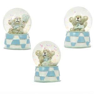 """Bomboniera battesimo orsetto palla di neve di vetro con neve glitterata. Bomboniere in resina lucida bianca e celeste con la scritta """"baby"""" sulla base. Le palle di neve sono assortite in due varianti di modello: in una l'orsacchiotto tiene in mano una carrozzina ed è decorato alla base con un sonaglino, nell'altra l'orso stringe una palla e, alla base, ha un biberon."""