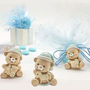 Bomboniera battesimo bimbo orsetto ideali anche come nascita realizzati in resina colorata. Questi simpatici orsetti sono assortiti in tre forme come dimostrato in foto (cavalluccio, trenino, culla)