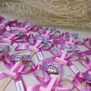 Bomboniera bimba a forma di numero 1 in resina color rosa e asta in acciaio a spirale per inserire bigliettini. Utile anche come segnaposto con i nomi delle persone invitate al compleanno e per essere riutilizzato come portachiavi.