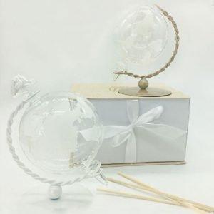 Bomboniera profumatore mappamondo. Il planisfero realizzato in vetro. La sfera rotante si regge su una base in metallo, disponibile in due colori