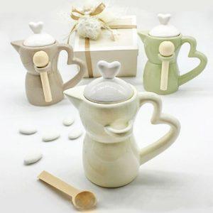 Bomboniera Moka zuccheriera colorata assortita in 3 varianti di colore: tortora - crema - verde. Il coperchio con impugnatura a forma di cuore è in ceramica bianca.