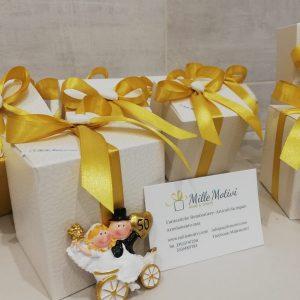 Bomboniera anniversario 50 anni di matrimonio realizzata in resina con magnete, idea originale per festeggiare le tue nozze d'oro. Una scelta simpatica e divertente per crearebomboniere nozze d'oro.