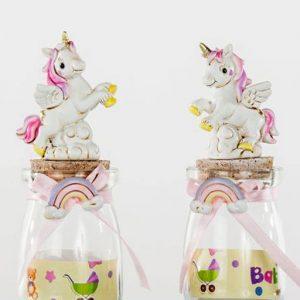 Bomboniere battesimo bimba unicorno realizzate in resina bianca e rosa. Barattoli in vetro con tappo in sughero decorato da una bellissima statuina in resina raffigurante un unicorno su due zampe.
