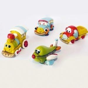 Bomboniere simpatiche ritraenti veicoli finemente rifiniti in resina colorata nei 4 modelli assortiti come foto: macchinina, aeroplanino, furgoncino, trenino. Simpatici e sorridenti. Ideale per compleanno. Misura: 4x3 cm.