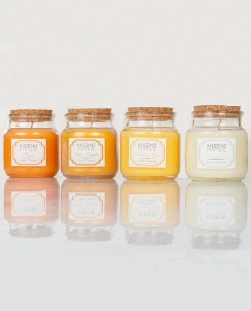 Candele profumate assortite in quattro fragranze: Pesca, Mirtillo rosso, Mela e Cannella, Cedro e Pera.