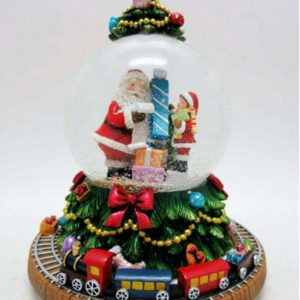 Carillon Waterball Babbo Natale. Una grande sfera che raffigura Babbo Natale e un bimbo che scartano regali. Il carillon suona una melodia natalizia, girando il carillon la neve riempie la sfera. La base è decorata con albero di Natale.