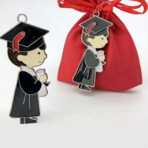 Bomboniera ciondolo laurea realizzata in metallo, raffigurato di profilo, con toga nera e tocco laurea, mentre regge in mano una pergamena.
