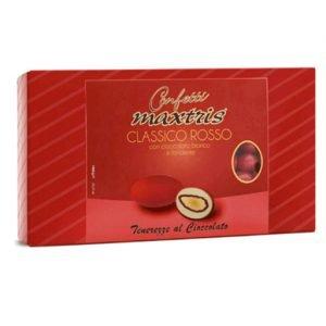 Confetti classici rossi Maxtris con mandorla tostata avvolta da un primo strato di cioccolato fondente e da un secondo strato di cioccolato bianco, il tutto ricoperto da un sottile strato di zucchero. Prodotto senza glutine. Confezione: da 1 kg, circa 160 pezzi.