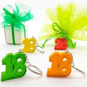 Portachiavi compleanno 18 anni realizzato in resina colorata in 4 colori assortiti. Il prezzo è riferito al singolo prodotto. Misure: 3,5 cm