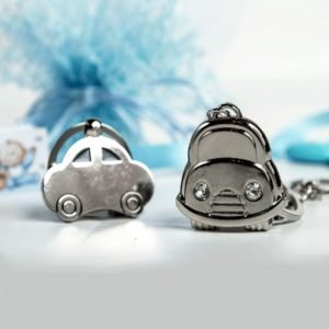 Bomboniera portachiavi auto realizzata in metallo resistente, simile all'acciaio, color argento, impreziosito da due strass argentati utilizzati come fanali dell'auto. Due modelli assortiti. Misura: 3.5 cm
