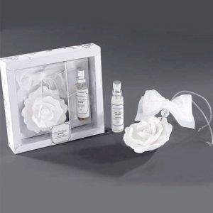 Profumatore rosellina di gesso profumato da appendere. Venduto con fragranza inclusa da 15 ml. Fragranze disponibili: Boschi Urbani e Acqua di Fiori. Confezione: 16x3,4x15,5 cm.
