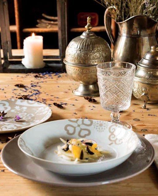 Servizio di piatti Riad Tognana realizzati in porcellana. Servizio composto da 18 pezzi: 6 piatti piani (diametro 27 cm), 6 piatti fondi (20.50 cm), 6 piatti dessert (19 cm). Utilizzabili in microonde, lavabili in lavastoviglie.