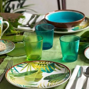 Servizio di piatti Jungle Tognana realizzati in porcellana. Servizio composto da 18 pezzi: 6 piatti piani (diametro 27 cm), 6 piatti fondi (21 cm), 6 piatti dessert (19.50 cm). Utilizzabili in microonde, lavabili in lavastoviglie.