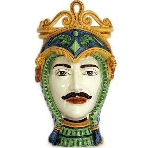 Testa di moro ceramica realizzata in ceramica di Caltagirone. Il vaso è interamente decorato a mano. I colori possono differire leggermente dall'immagine illustrata. Misura: 48 cm.