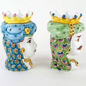 Teste di moro coppia realizzate in ceramica di Caltagirone. I vasi sono interamente decorati a mano. I colori possono differire leggermente dall'immagine illustrata. Misura: 14 cm.