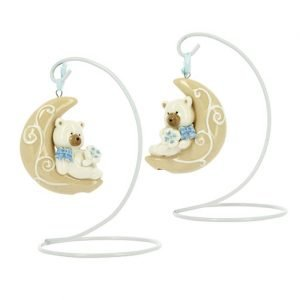 Bomboniera battesimo originale con orsetto luna su stand. La bomboniera è realizzata in porcellana. Assortita in due varianti in celeste per bambino
