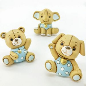 Bomboniere battesimo bimbo calamite animaletti realizzate in resina di color crema con dettagli azzurri. Assortiti in 3 modelli: cagnolino, orsetto ed elefantino.