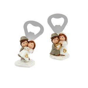 Apribottiglie matrimonio coppia sposi realizzata in resina. Assortiti in due varianti come dimostrato in foto.