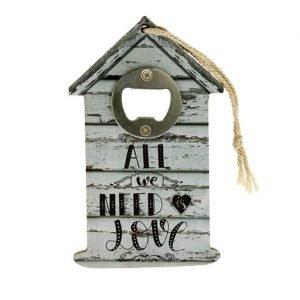 """Bomboniera Matrimonio apribottiglie casetta, decorata con la parola """"Love"""", realizzata in legno con un design unico nel suo stile. Può essere considerata davvero una bomboniera molto apprezzata dai propri invitati."""