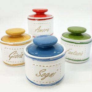 Barattoli cucina colorati realizzati in ceramica bianca, di forma cilindrica dotati di tappo con chiusura ermetica in ceramica colorata con pomello
