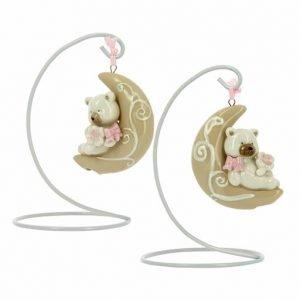 Bomboniera battesimo originale con orsetto luna su stand. La bomboniera è realizzata in porcellana. Assortita in due varianti in rosa per bambina