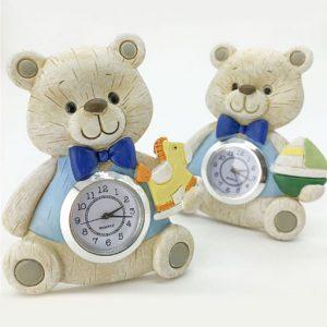 Bomboniera battesimo orologio realizzato in resina effetto legno: la resina è lavorata con lievi intagli, che richiamato le venature tipiche del legno