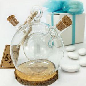 Set Olio e Aceto fuse in un unico contenitore per condimenti: ampolla in vetro di forma sferica, contenente al suo interno una sfera più piccola, con due aperture, una collegata al contenitore più grande e l'altra a quello più piccolo, chiuse con tappi in sughero.