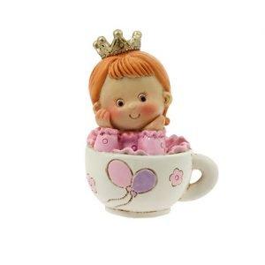 Bomboniera nascita bambina in tazza. La bomboniera è realizzata in resina. Questo graziosa bomboniera è ideale per : nascita, battesimo, compleanno.