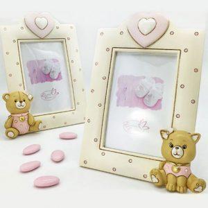 Portafoto bomboniera battesimo bimba realizzato in resina di color crema con pois celesti e animaletti baby posti nell'angolo in basso del portafotografie.