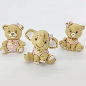 Bomboniere battesimo calamite animaletti realizzati in resina di color crema con dettagli rosa. Assortiti in 3 modelli: cagnolino, orsetto ed elefantino.