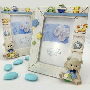 Bomboniera portafoto battesimo bimbo realizzato in resina effetto legno con animaletti baby stelline e giocattoli, sparsi su tutta la cornice battesimo. Assortiti in 2 modelli, con barchetta e cavalluccio a dondolo.