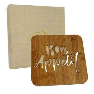 Sottopentola legno bomboniera realizzato in legno Bon appetit. Vi regaliamo la scatolina per realizzare la tua bomboniera. Ideale per Matrimonio, anniversario.