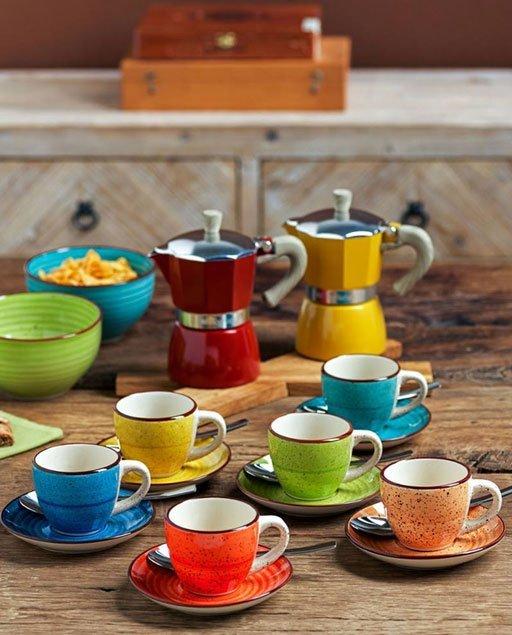 """La confezione di tazze caffè con piatto della linea Art & Pepper è composta da 6 tazze e 6 piattini. E' un set da tavola del marchio """"Progetto Tognana"""" in ceramica multicolor."""