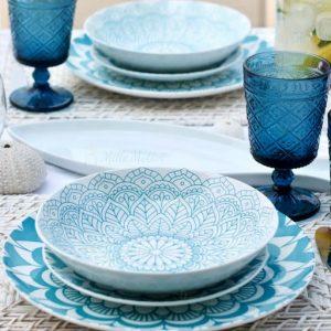 Servizio di piatti Bluebay Tognana realizzati in porcellana con decori creativi di colore azzurro. Servizio composto da 18 pezzi: 6 piatti piani (diametro 27 cm), 6 piatti fondi (20.50 cm), 6 piatti dessert (27 cm). Utilizzabili in microonde, lavabili in lavastoviglie.