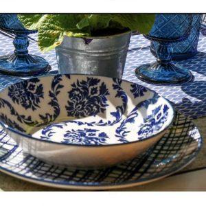 Servizio di piatti Bluepoint Tognana realizzati in porcellana con decori creativi di colore blu. Servizio composto da 18 pezzi: 6 piatti piani (diametro 27 cm), 6 piatti fondi (20.50 cm), 6 piatti dessert (20.70 cm). Utilizzabili in microonde, lavabili in lavastoviglie.