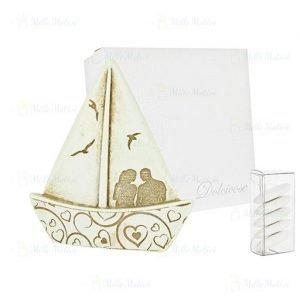 Bomboniera barca a vela coppia innamorati. Bomboniera sposi innamorati, abbracciati, dallo stile moderno ed elegante. Assortite in due dimensioni come dimostrato in foto.