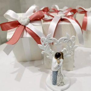 Bomboniera albero della vita con sposi con cuore realizzata in resina. Bomboniere assortite in due modelli come dimostrato in foto. Nuova collezione matrimonio albero della vita.