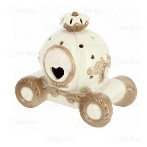 Carrozza con luce led realizzata in fine porcellana di colore beige e bianco, con un cuore traforato dal quale fuoriesce la luce emanata da un led inserito all'interno. Idea originale per battesimo,compleanno, comunione.