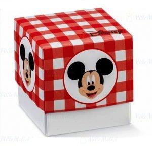 Scatola portaconfetti Topolino realizzata da un fondo bianco ed un coperchio colorato a quadri bianco e rossi, con la stampa della faccina di Topolino su ciascun fronte.