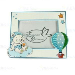 Portafoto orso baby bimbo realizzato in resina di forma rettangolare, decorato con stelline, mongolfiera in rilievo. Ideale per nascita, battesimo, primo compleanno.