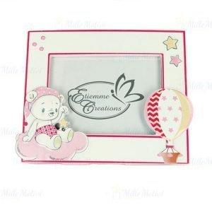 Portafoto orso baby bimba realizzato in resina di forma rettangolare, decorato con stelline, mongolfiera in rilievo. Ideale per nascita, battesimo, primo compleanno.