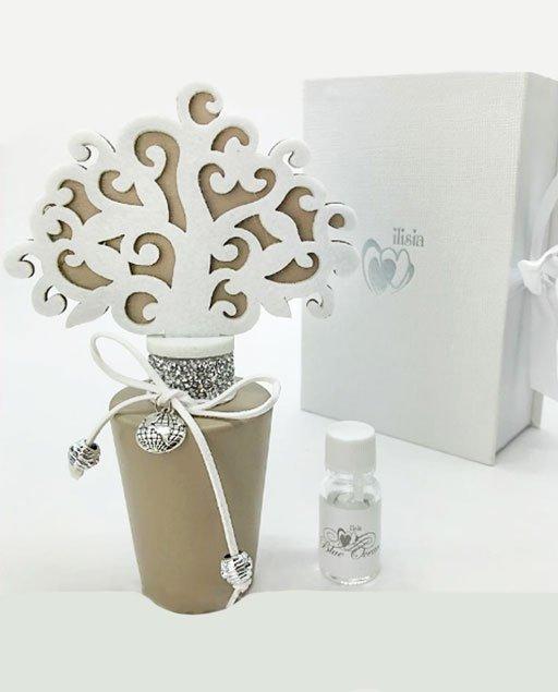 Profumatore albero della vita bomboniera, realizzato con base in ceramica color tortora decorata con laccetto in cuoio e ciondolo argentato a forma di mappamondo.