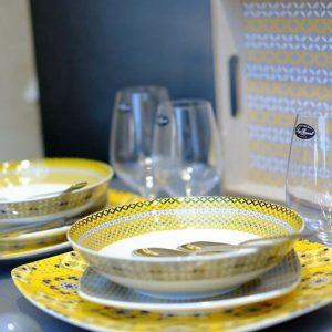 Servizio di piatti Youyellow Tognana realizzati in porcellana. Servizio composto da 18 pezzi: 6 piatti piani (diametro 27 cm), 6 piatti fondi (20.50 cm), 6 piatti dessert (20 cm). Utilizzabili in microonde, lavabili in lavastoviglie.
