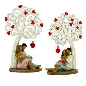Bomboniera matrimonio Coppia sposi seduti con albero della vita decorata con cuori realizzata in resina. Nuova collezione di bomboniere Albero della vita.